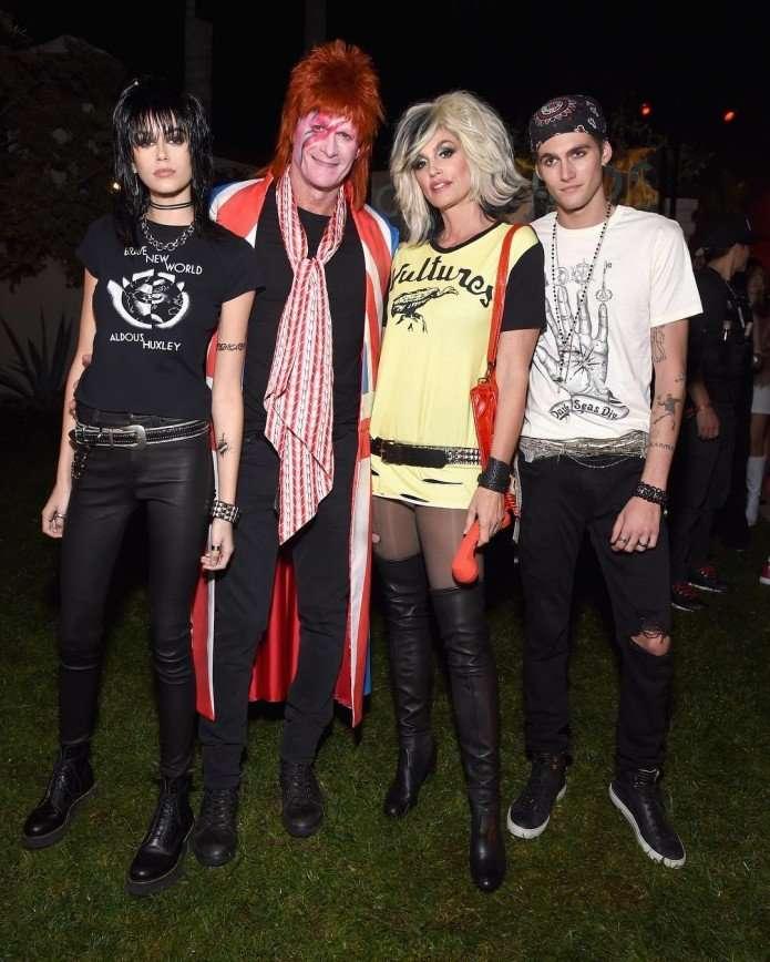 Синди Кроуфорд с мужем и детьми примерили образы рок-звезд для Хэллоуина