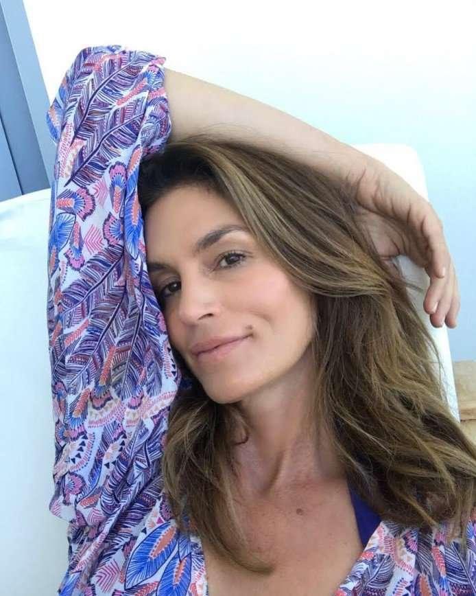 «Хорошо сохранилась»: Синди Кроуфорд показала фото без макияжа