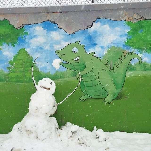 Художник рисует мелом забавных персонажей на улицах города