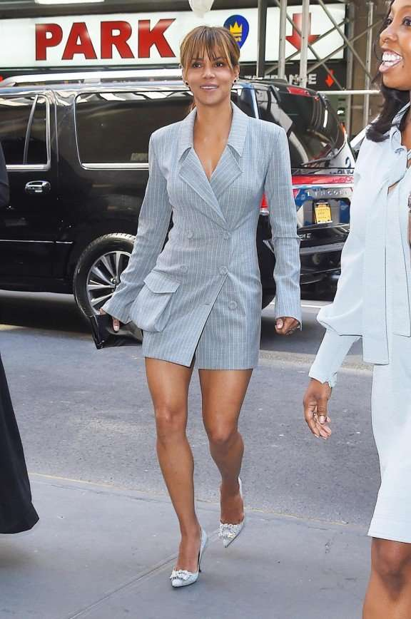 Холли Берри продемонстрировала шикарную фигуру в мини-платье