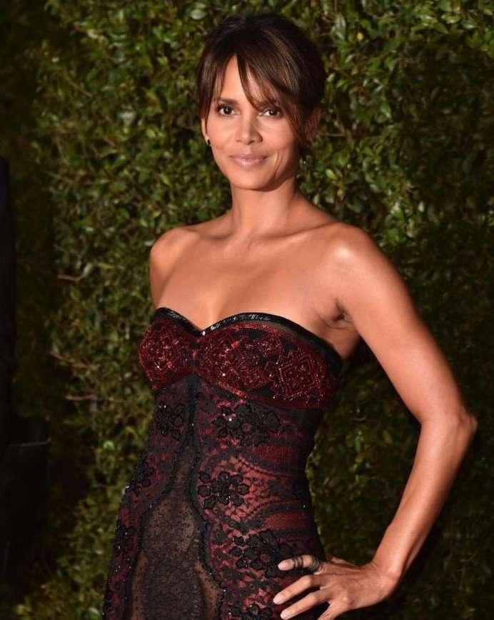 «Она что, без белья?»: платье Холли Берри вызвало зависть публики