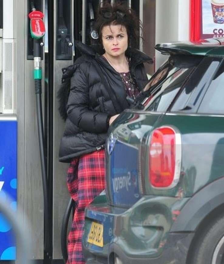 «Как бездомная»: Хелена Бонем Картер гуляет по Лондону в странном виде