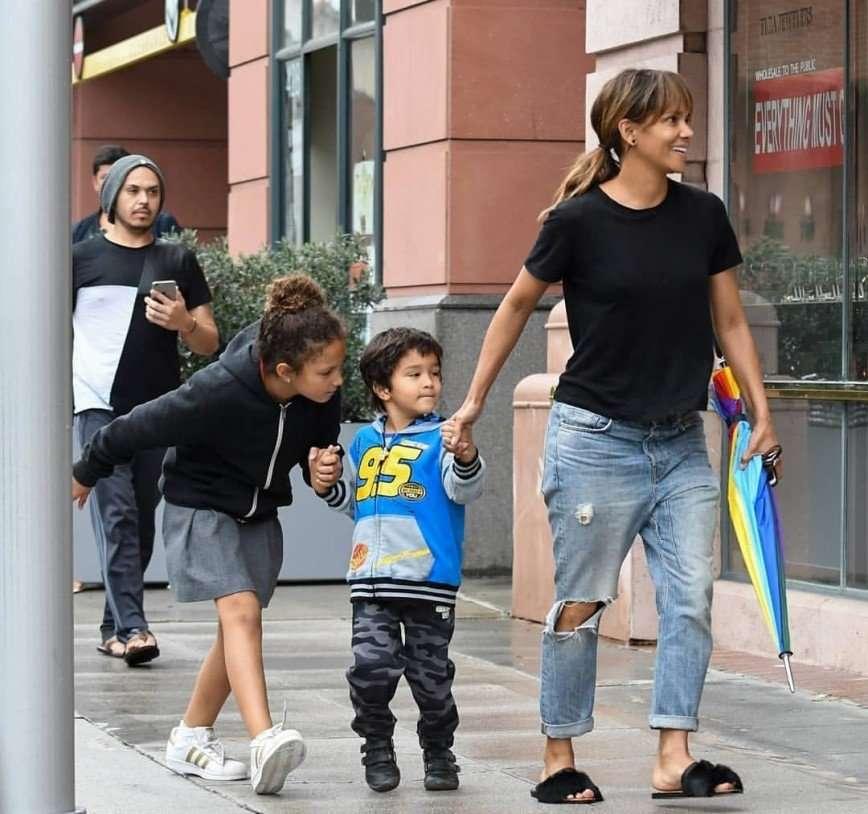 «Скоро одни вещи носить будут»: в сети обсуждают Холли Берри на прогулке с детьми