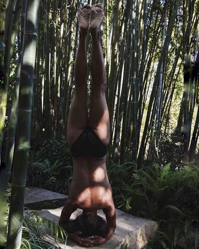 «Единение с природой»: Холли Берри занимается йогой топлес