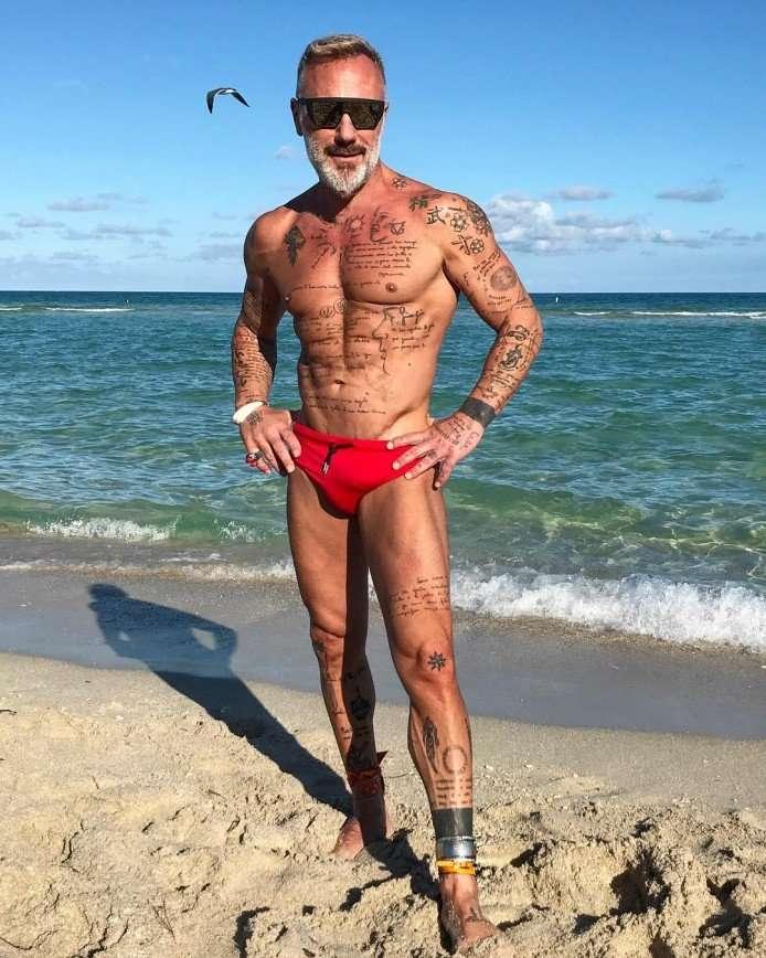 «Какое тело!»: 50-летний Джанлука Вакки восхищает пляжными фотографиями