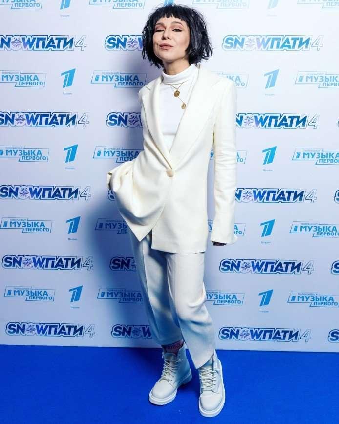 Елка в стильном костюме посетила белую вечеринку Первого канала